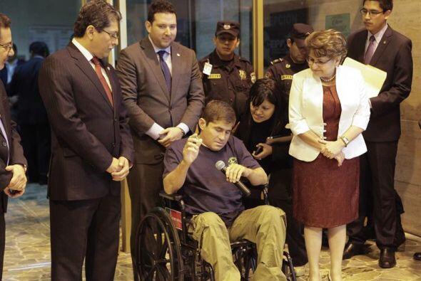 Aunque llegó en una silla de ruedas, El Salvador  lo recibi&oacut...