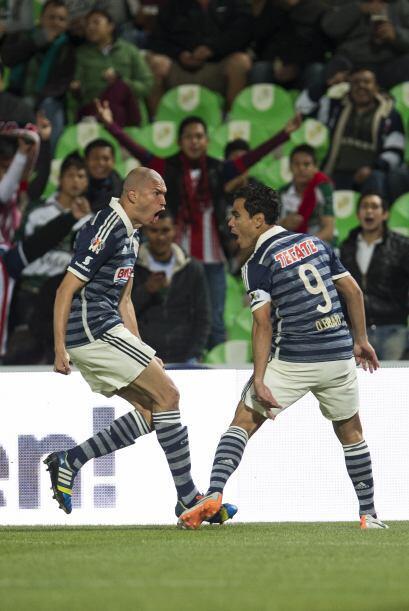 Omar no dudó en rematar a primer poste y venció a Oswaldo Sánchez con qu...