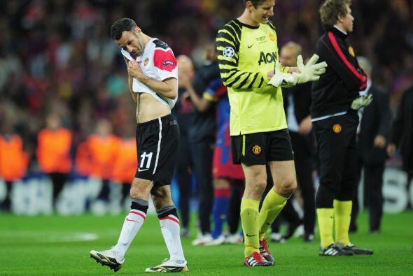 El portero Van der Sar se despidió del fútbol con una derrota pero en gr...