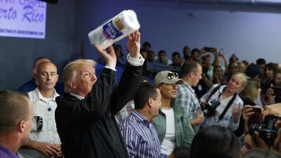 El presidente Donald Trump lanza toallas de papel a la multitud en Guayn...
