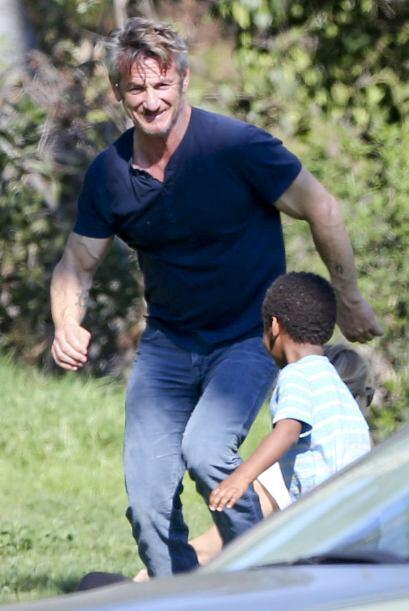 Sean Penn sigue ganándose el corazón del hijo de su novia, la actriz Cha...