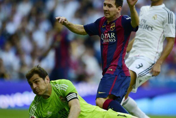 Poco después Casillas sacó con un manotazo otro mano mano contra Messi.