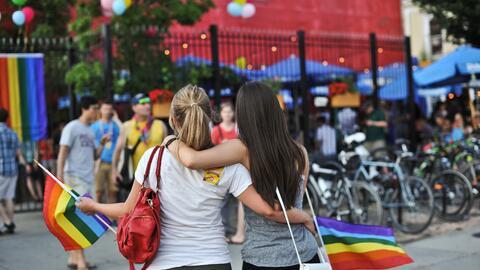 Una pareja de mujeres se abraza en la marcha del orgullo gay en Washingt...
