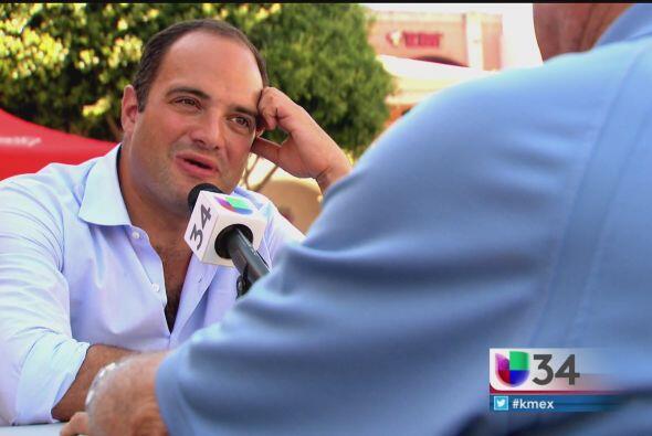Cada semana, León Krauze, lleva su mesa a una zona concurrida de Los Ang...