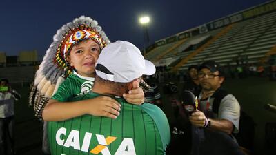 Los hinchas del Chapecoense lloran la muerte de los futbolistas del accidente aéreo en Colombia