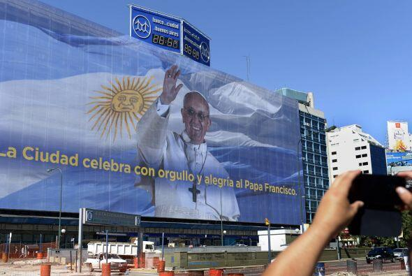 Con el mensaje 'La ciudad celebra con orgullo y alegría al Papa F...