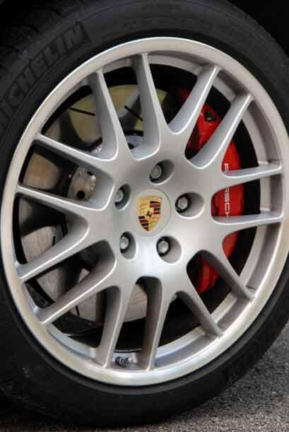 En seguridad cuenta con frenos de disco, ABS, control de estabilidad y d...