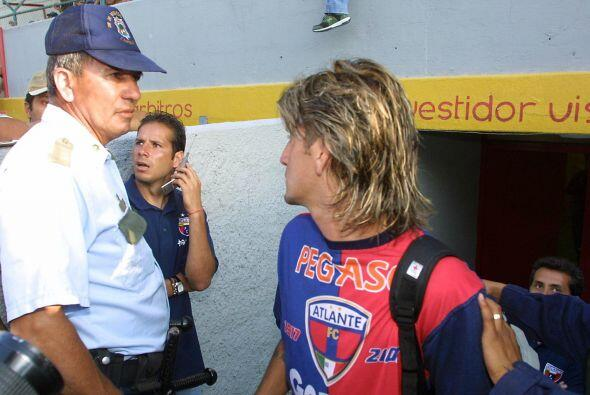 Herrera se ganó muchas tarjetas también por discutir con los silbantes y...