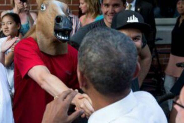 ¡Un hombre con cabeza de caballo! (Imagen tomada de Twitter).