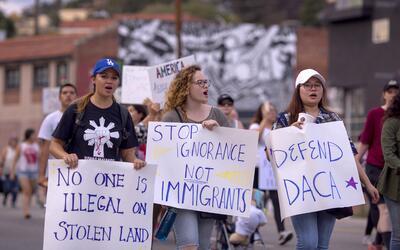 DACA protege de la deportación a unos 800,000 jóvenes indo...