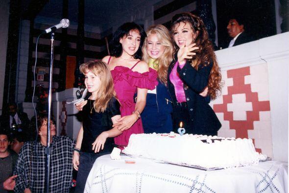 Desde muy joven Thalía convivía mucho con sus hermanas, Ernestina Sodi y...