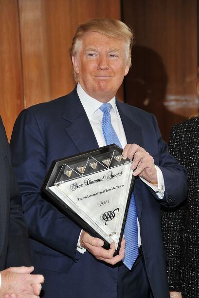 El multimillonario, Donald Trump recibió el premio AAA Five Dimonds por...