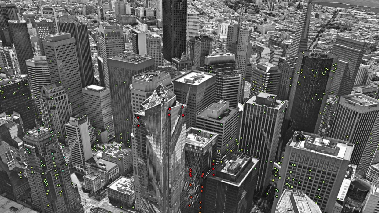 La Torre Millennium, al centro de la fotografía, con puntos rojos...