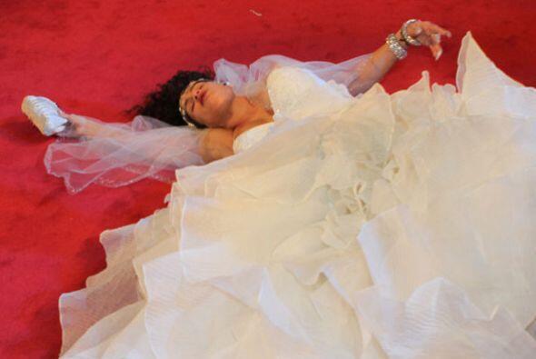 """Tirada en el suelo, Niurka esperó a que su """"príncipe azul"""" la despertara..."""