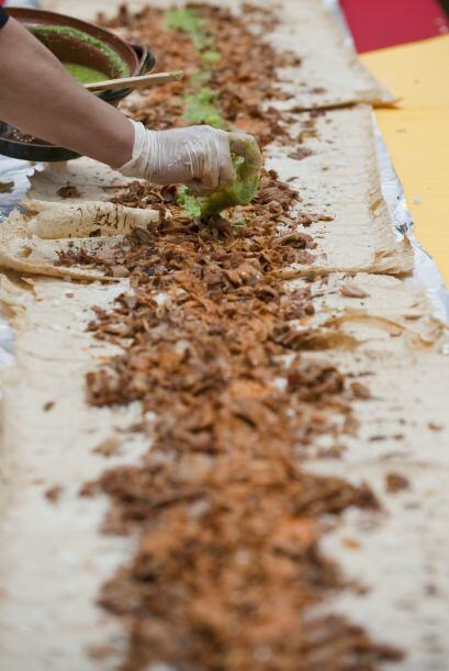 De casi 41 pulgadas de largo, el taco se hizo de diveros alimentos, entr...