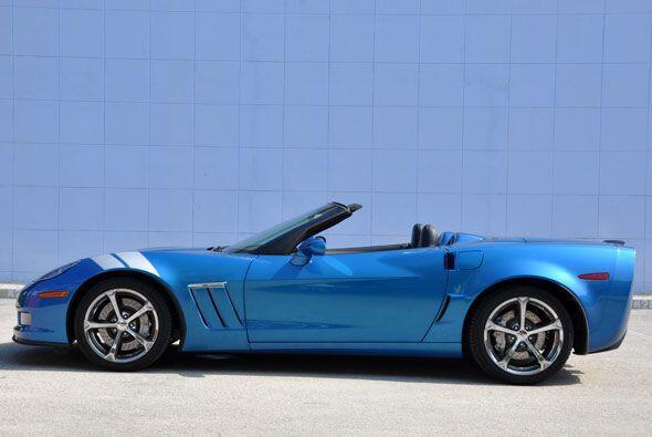 Las franjas en color blanco le dan un toque retro al Corvette GS.