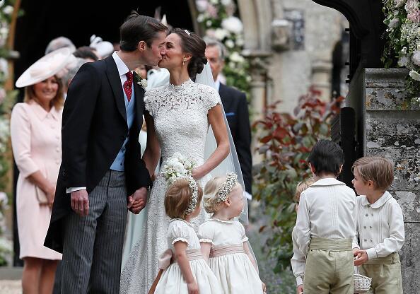 El primer beso como esposos afuera de la iglesia de St. Merk Englefield.