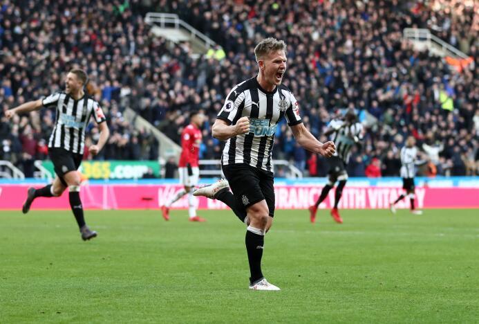 Newcastle sorprende y vence al Manchester United gettyimages-916946428.jpg