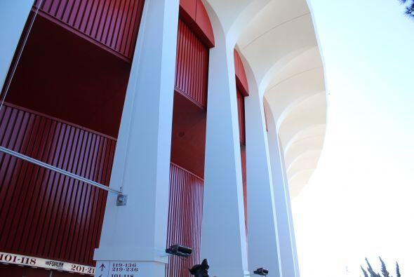 Desde afuera se admiran los pilares majestuosos color rojo del gran Forum.