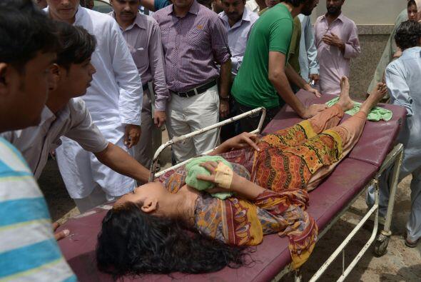 Otra víctima de golpe de calor es llevada al hospital en Karachi.