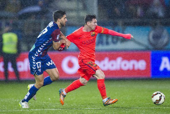 Desde el silbatazo Messi incomodó a los jugadores del Éibar que no dejab...
