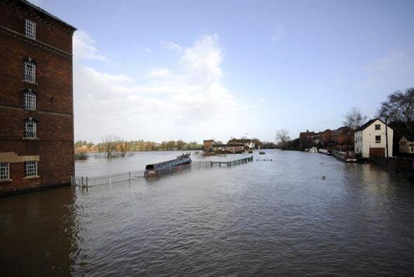 La agencia ambiental emitió tres alertas de inundación severa el lunes.