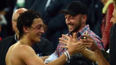 En esta imagen, Mesut aparece saludando a su padre, Mustafa, al término...