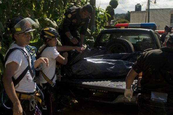 NI'O CON CADÁVERES.  Los cuerpos de socorro de Guatemala hallaron el jue...