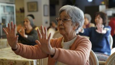 ¿Tu mamá no habla inglés? Estos consejos te ayudarán a encontrar el mejor hogar de cuidado para ella