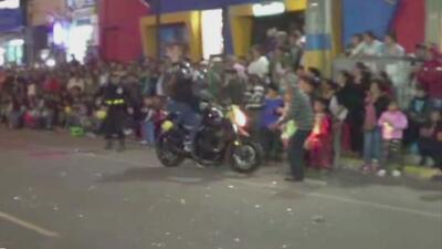 En video: Una moto fuera de control arrolla a un anciano en un desfile de Perú