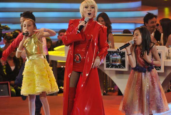 La cantante cambió de vestuario y volvió a cantar con los niños.