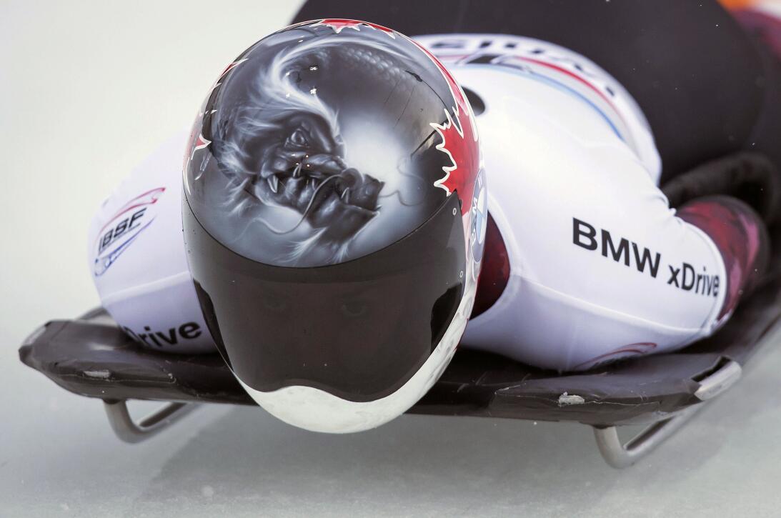Espectaculares cascos en la Copa Mundo de skeleton en Canadá AP_16337851...