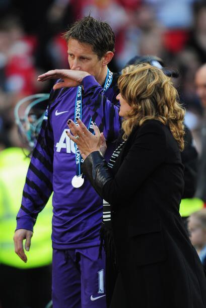 Al final del duelo, recibió su medalla de campeón con el Manchester Unit...