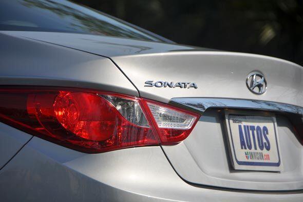 El Sonata compite con modelos como el Toyota  Camry, Honda  Accord, Niss...