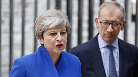 Theresa May (i), en la puerta de Downing street en Londres, junto a su e...