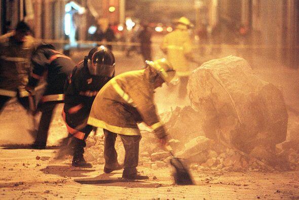 El salario base de un bombero es de 2,600 pesos quincenales sumados a lo...