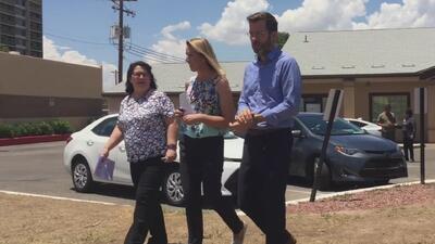 Legisladores de Arizona visitan centro de detención donde hay 73 niños que fueron separados de sus padres