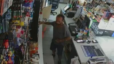 En video: Un hombre rompe con una piedra la ventana de una tienda y luego entra a robarla