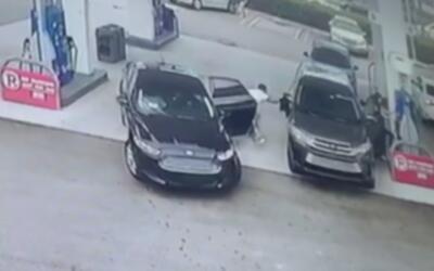 Captado en cámara robo de cartera de un vehículo en Doral