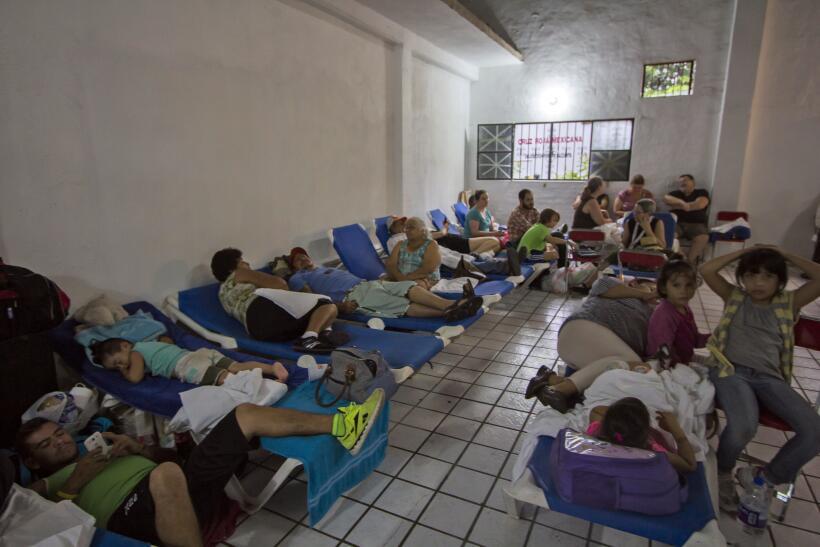 Puerto Vallarta recibe al potente huracán Patricia GettyImages-493967048...