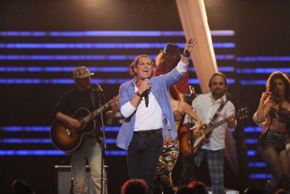 Carlos cantó varios de sus éxitos incluyendo su segundo sencillo con el...