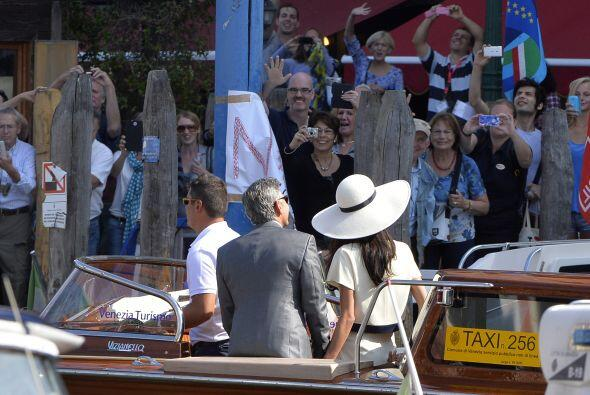 Decenas de paparazzi navegan en barcos y lanchas, buscando conseguir la...
