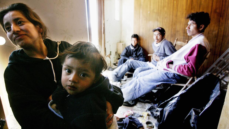Un grupo de indocumentados centroamericanos en un punto de la frontera e...