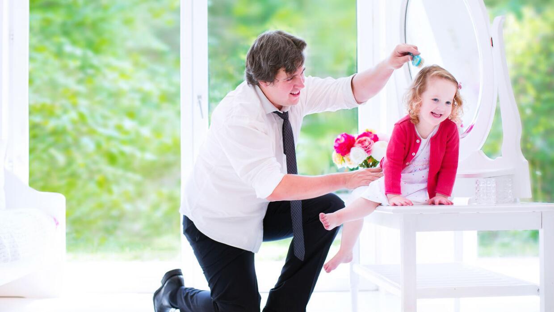 Papá enseña a otros padres cómo peinar a sus hijas