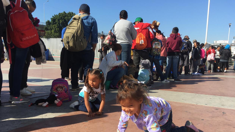 El último grupo de migrantes de la caravana entró a la garita de San Ysi...