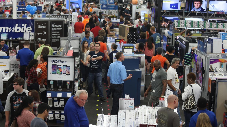 Las personas observan la mercancía en la tienda de electrónicos Best Buy