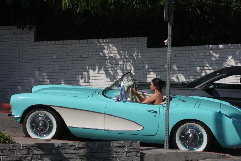 Ella es la famosa que maneja un Corvette 1957 todos los días