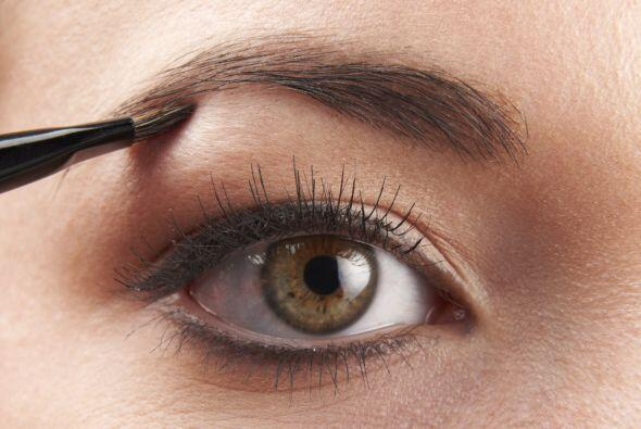 Píntalas. Para no quitar vellos de más, rellena tus cejas con un lápiz g...