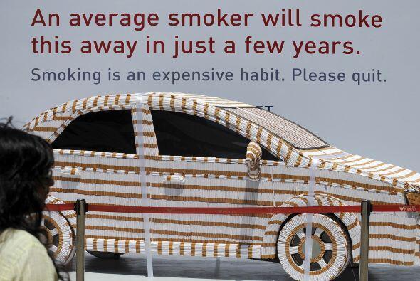 Un auto formado con más de 200 mil cigarrillos forma parte de la campaña...