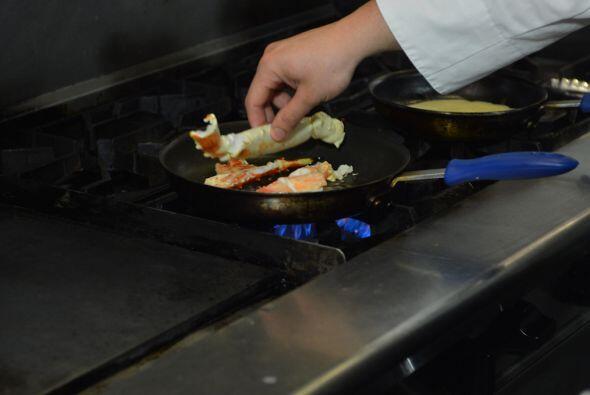 Necesitas cocinar el cangrejo en sartén caliente con la mantequilla.